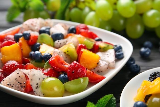 Тарелка с вкусным фруктовым салатом, крупным планом