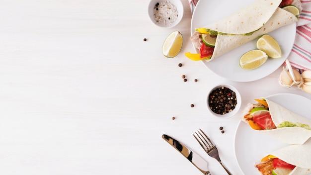 Piastra con deliziosi kebab avvolge con copia-spazio