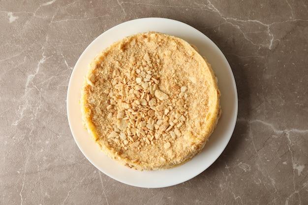 灰色のテーブルにおいしいナポレオンケーキをプレート