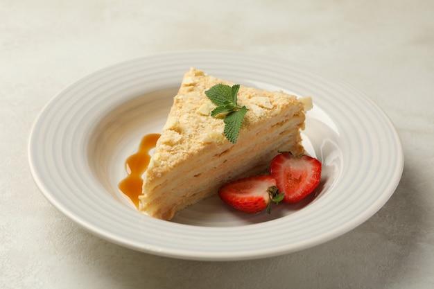 흰색-회색 표면에 맛있는 나폴레옹 케이크 접시