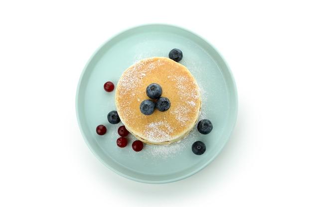 흰색 배경에 고립 된 맛있는 팬케이크 접시