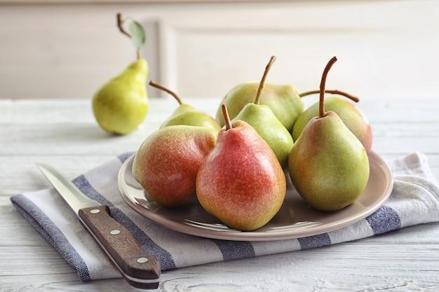 テーブルの上のおいしい熟した梨のプレート