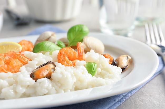 Тарелка с вкусным ризотто из морепродуктов на столе, крупным планом