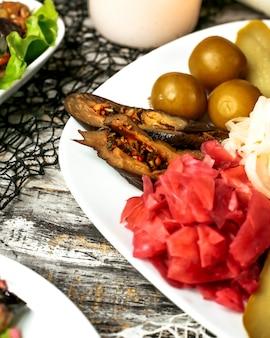 Piatto con cavolo di melanzane e sottaceti di cetriolo