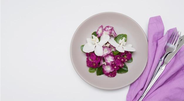 꽃과 흰색 테이블에 칼 붙이 접시