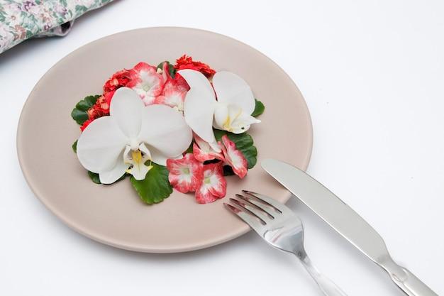 흰색 테이블에 꽃 접시