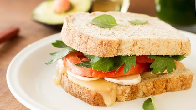 Тарелка со свежим бутербродом