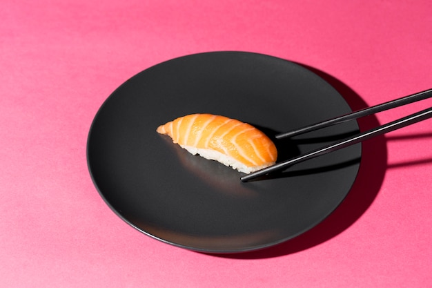 Тарелка со свежим суши роллом