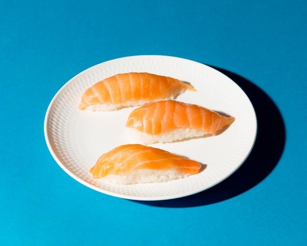 책상에 신선한 초밥 롤 접시