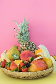 Piatto con grande assortimento di frutta