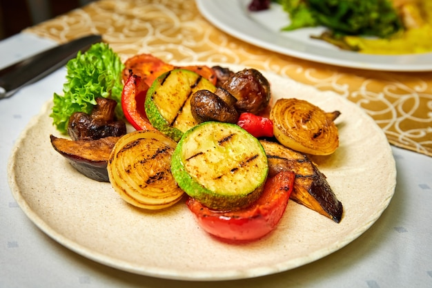 Тарелка с овощами гриль, кабачками, грибами, баклажанами, болгарским перцем, луком