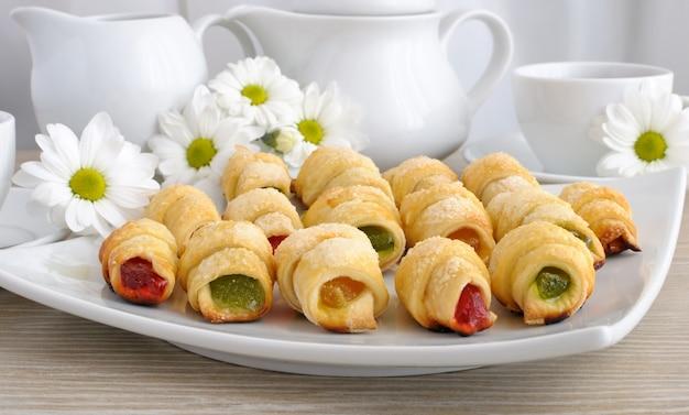Тарелка с домашними круассанами с разноцветным желе