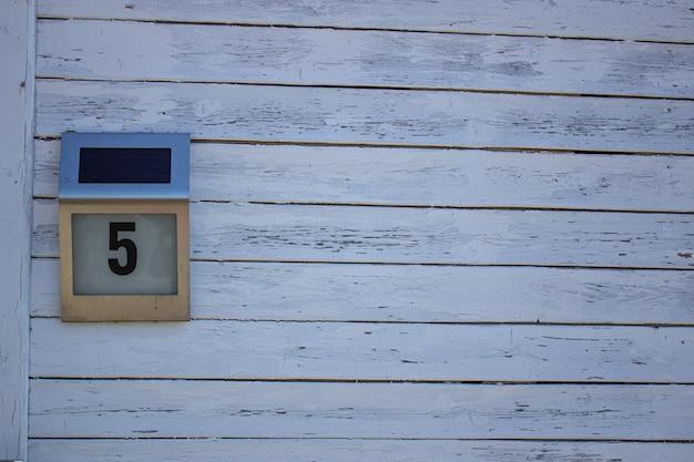 Тарелка с домом № 5 на белом фоне.