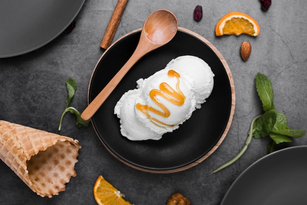 Тарелка с мороженым с начинкой на столе