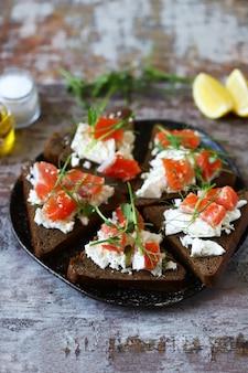 Тарелка с кето тост с лососем и белым сыром.