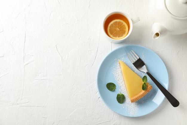 레몬 타트 슬라이스, 주전자와 흰색 배경에 차 한잔, 평면도