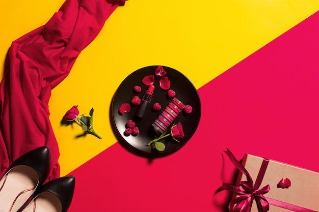 Piatto con lucidalabbra e fiori, presente e scarpe