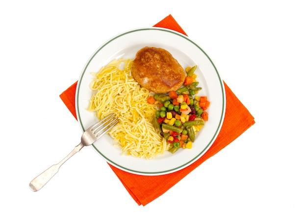 국수, 야채, 빵가루 입힌 돈까스를 곁들인 접시