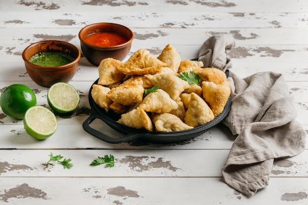 Piatto con cibo pakistano ad alto angolo