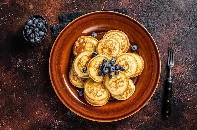 新鮮なブルーベリーとシロップのパンケーキでプレート