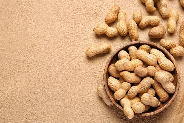 ベージュにピーナッツをのせたプレート