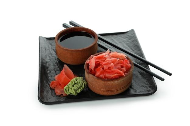 生姜の酢漬け、醤油、箸、わさびを白い表面に分離したお皿