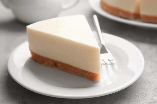 테이블에 맛있는 치즈 케이크의 조각 접시
