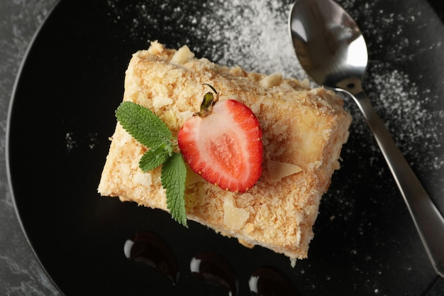 Тарелка с кусочком вкусного торта наполеон