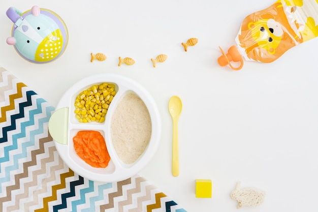 机の上のピューレとトウモロコシのプレート