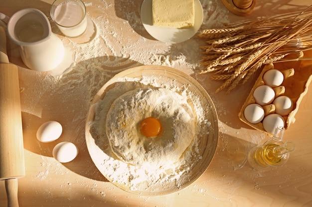生の生地とさまざまな材料をキッチンテーブルに盛り付けます