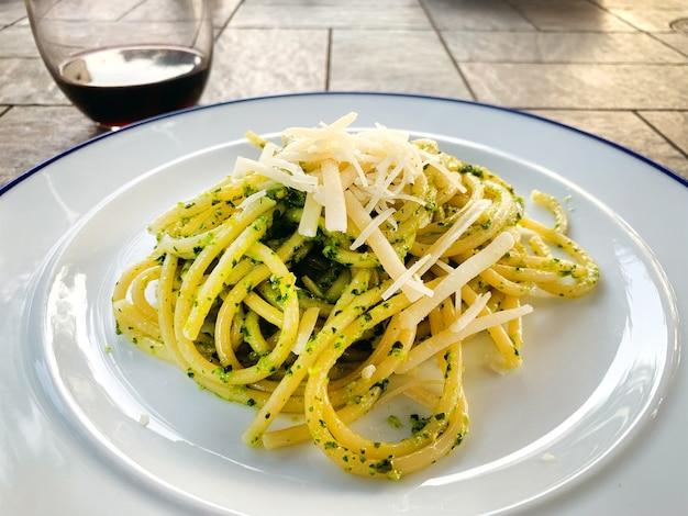すぐに食べられるスパゲッティペストのプレート、夏の屋外ディナー
