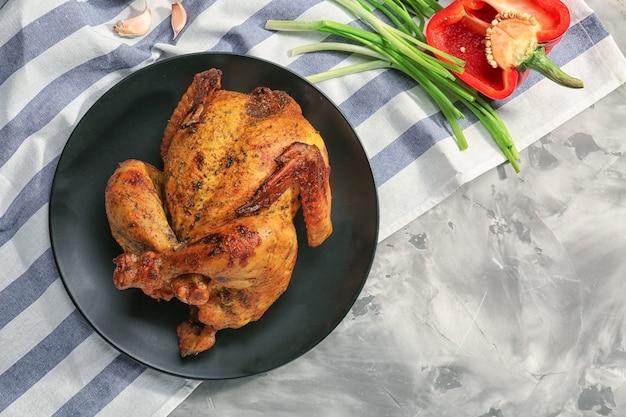 Тарелка с жареным пивом может курица на столе