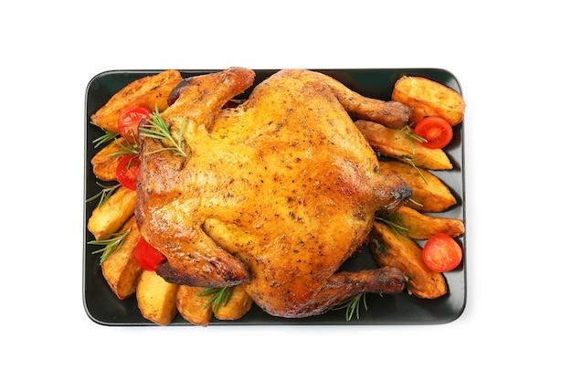 Тарелка с жареным пивом может курица на белой поверхности