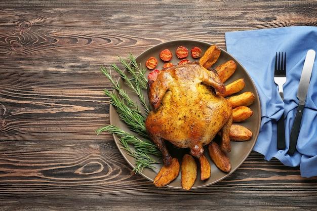 Тарелка с жареным пивом может курица на деревянной поверхности