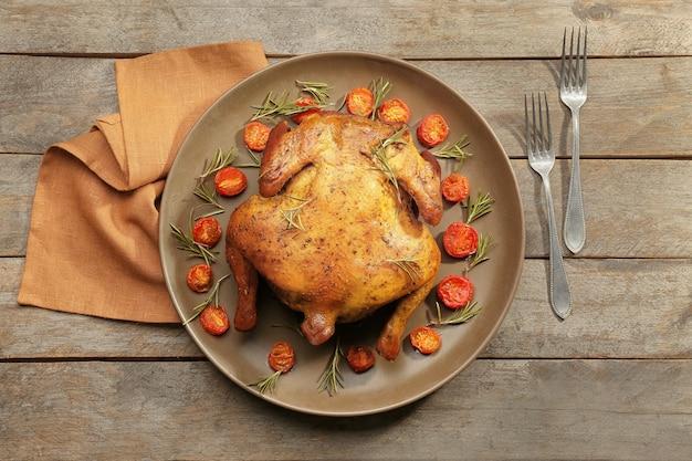 Тарелка с жареным пивом может курица на деревянном столе