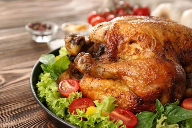 Тарелка с жареной индейкой и овощами на столе