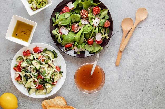Тарелка с салатом и соусами