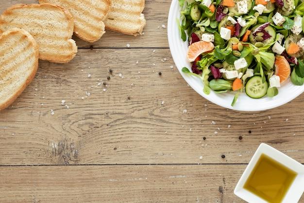 Тарелка с салатом и тостовым хлебом