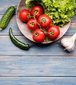 Тарелка с салатом и помидорами