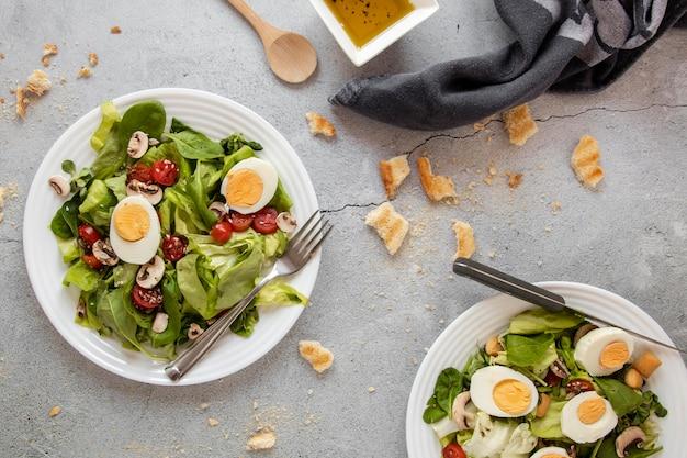 야채와 계란 샐러드 접시