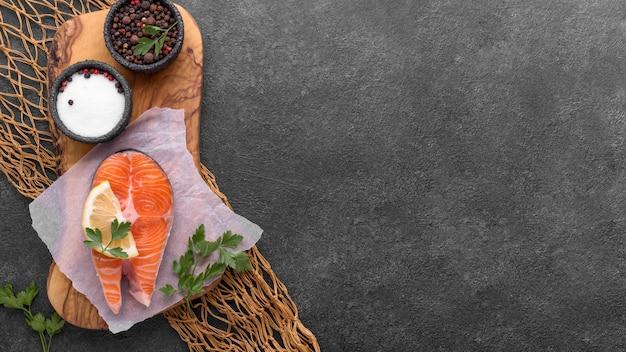 Тарелка с лососем и помидорами на рыбной сети копией пространства