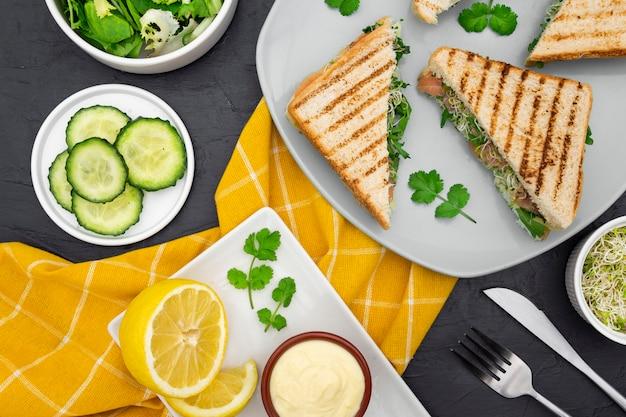 Тарелка с бутербродами и майонезом