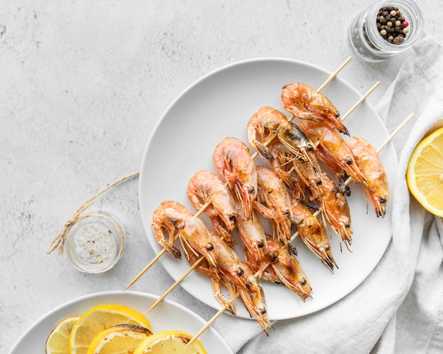 Plate with shrimp skewers and lemon