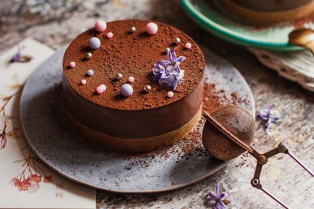 테이블에 맛있는 수 제 초콜릿 케이크의 조각 접시