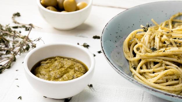 Тарелка с спагетти и соусом