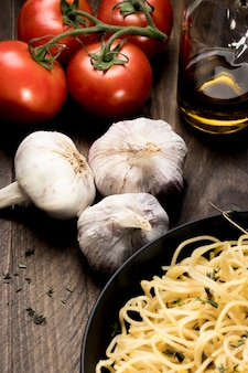 Piatto con spaghetti e verdure