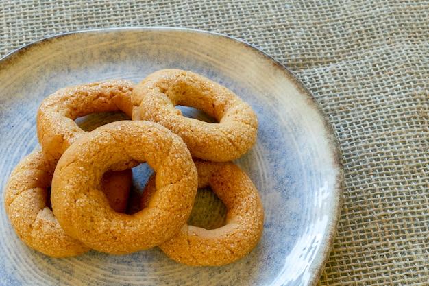 砂糖入りクリームクッキーのプレート Premium写真