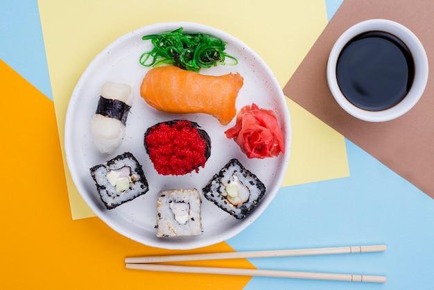 Тарелка с суши и соусом