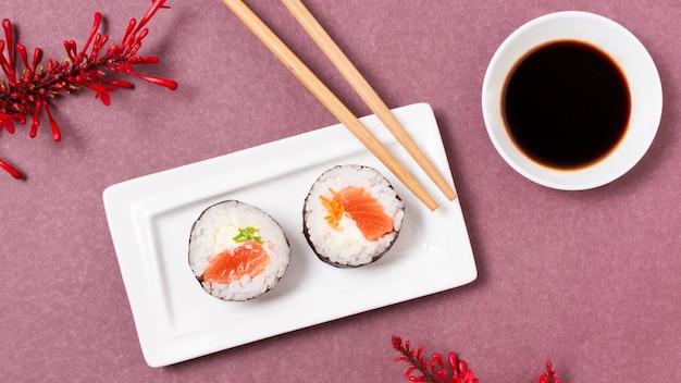 Тарелка с суши роллами