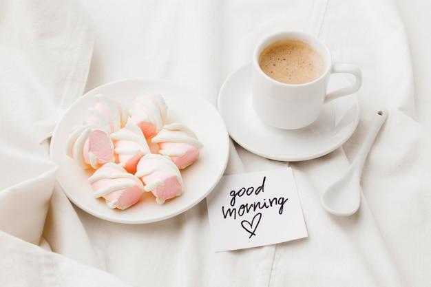 Тарелка со сладкими закусками и кофе